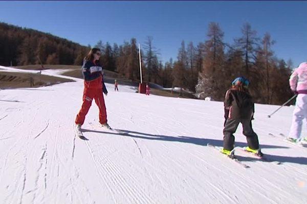 Même avec une seule piste, les cours de ski sont assurés jusqu'à la deuxième étoile.