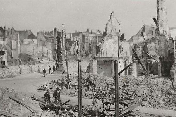 Place Gambetta et début de la rue des 3 cailloux. Au fond, l'horloge Dewailly avec la célèbre Marie Sans Chemise.