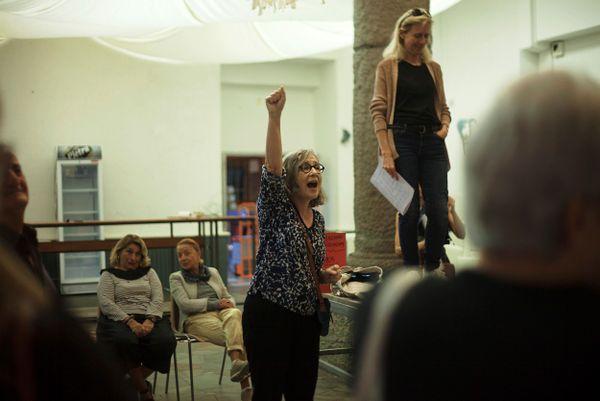 Michèle Corrotti, présidente du festival, motivant ses troupes à la veille d'Arte Mare, l'un des plus gros festivals de Corse