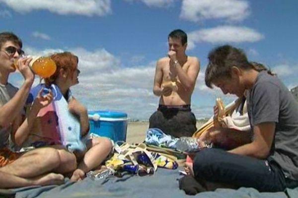 Des terrasses pleines et des estivants sur la plage malgré le vent pendant le week-end de l'Ascension