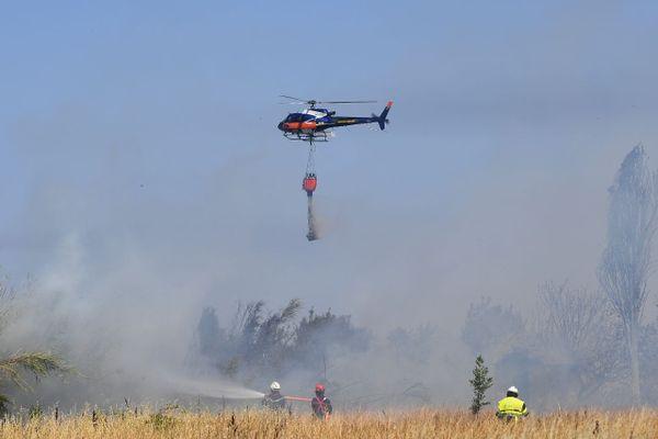 Pour aider la centaine de pompiers au sol, un hélicoptère bombardier d'eau a effectué 5 largages d'eau près de l'A55.