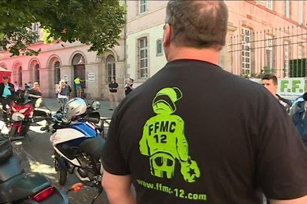 Les motards en colère de l'Aveyron continuent de protester contre l'abaissement de la vitesse à 80km/h sur les routes secondaires. Ils ont manifesté ce vendredi devant la Préfecture de l'Aveyron. La mesure doit entrer en vigueur ce dimanche.