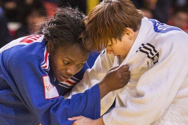 Clarisse Agbegnenou, à gauche, est battue par la Slovène Tina Trstenjak, en finale des championnats du monde de judo à Astana (Kazakhstan) le 27/08/2015