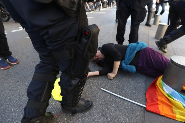 Geneviève Legay au sol, blessée à la tête ce samedi matin à Nice.