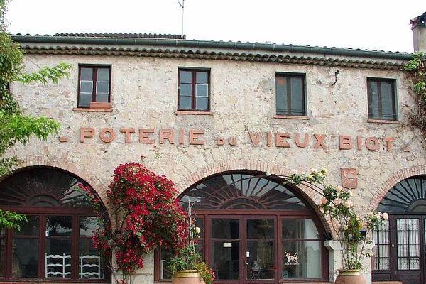 La médiathèque se situe à l'emplacement de la poterie du vieux Biot.