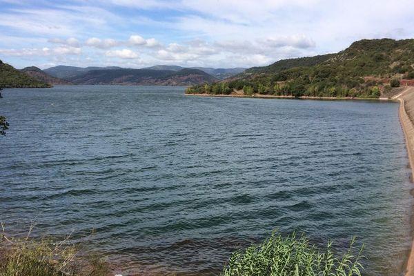 Le barrage du lac du Salagou construit entre 1964 et 1968 est destiné à l'irrigation et à l'écrêtement des crues de la rivière Salagou, affluent de la rivière Lergue qui se jette dans l'Hérault.