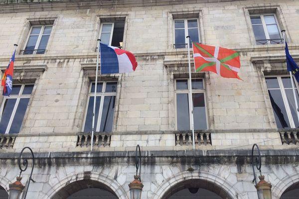 Baionako Herriko etxea Gaskoina, Frantzia, Euskal Herria eta Europako banderekin balkoinan