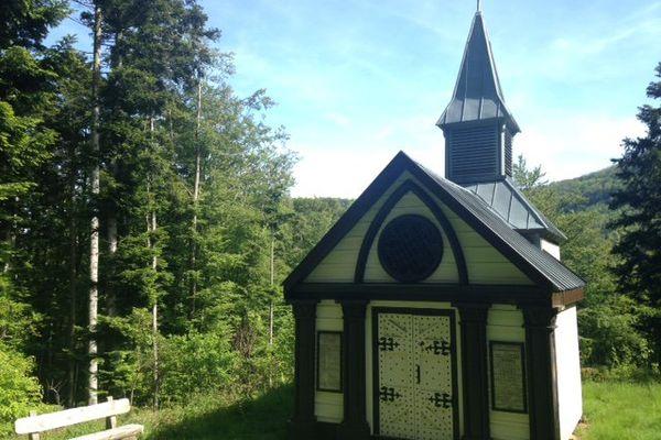 La chapelle est isolée dans les bois, en face du Hartmannswillerkopf