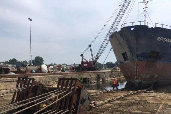 """L'entreprise """"Gardet & de Bezenac"""" est en charge du démantelement de l'épave du bateau """"Britannica Hav"""" au Havre."""