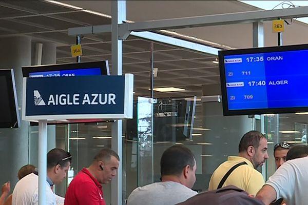 Passager à l'attente devant le stand d'Aigle Azur à l'aéroport Provence