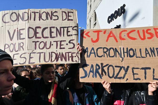 Manifestation étudiante devant le Crous ce 12 novembre à Lyon.