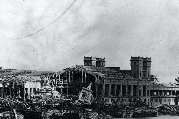La gare maritime en juin 1944, détruite par les Allemands avant leur reddition.