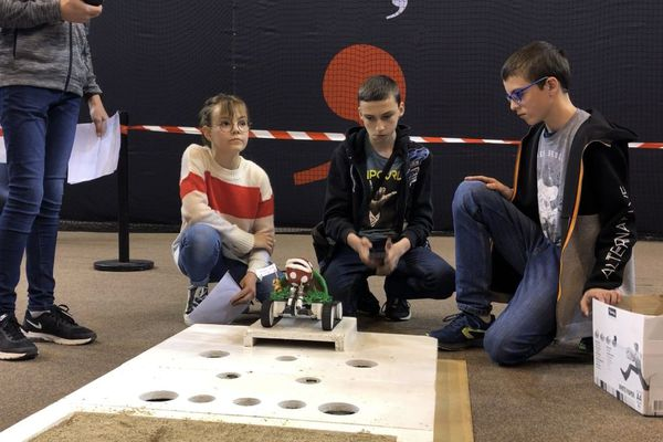 Concentrés, les élèves étaient impatients de voir si leur robot allait réussir à franchir tous les obstacles.