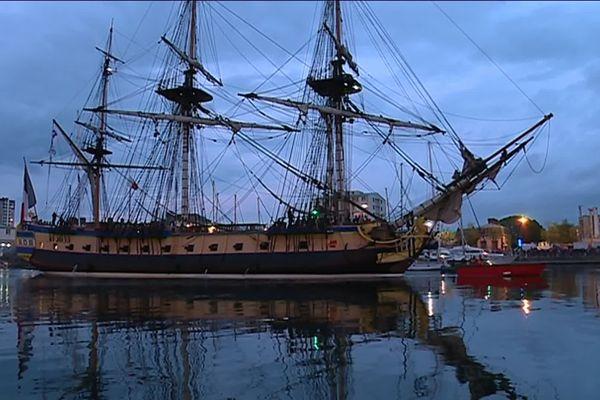 L'hermione entre dans le Port de Cherbourg à la tombée de la nuit.