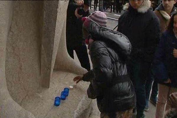 Les enfants ont participé aux cérémonies, ici en déposant des lumignons symbolisant les millions de juifs déportés et assassinés par la machine nazie
