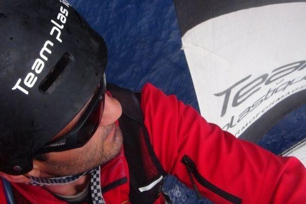 Alessandro di Beneédetto en haut du mât de Team Plastique