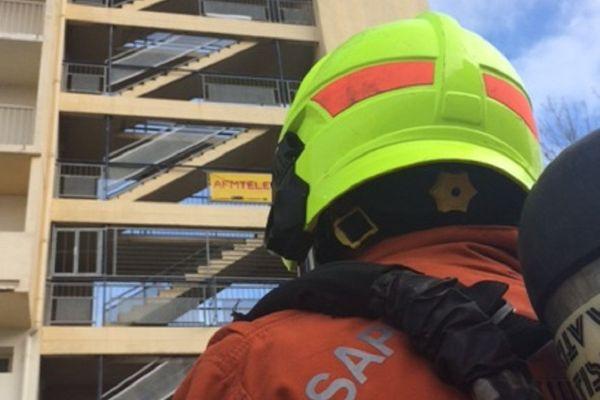 12 pompiers qui se relaient pour monter et descendre 60 000 marches.