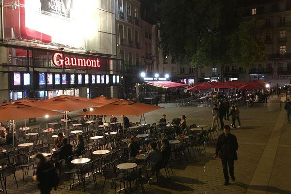 Une place du Commerce à Nantes avec des terrasses et un cinéma ouverts... ce sera pour le 22 juin peut-être.