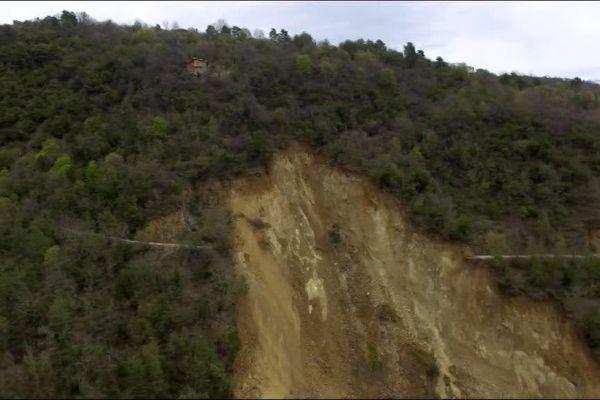 La route a été emportée dans le glissement de terrain, ce qui isole les habitants du hameau de Ste-Sabine.