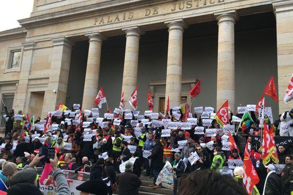 Manifestation contre la réforme des retraites devant le palais de justice de Chalon-sur-Saône vendredi 24 janvier 2020.