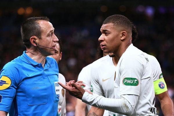 Kylian Mbappé, expulsé à la 119e minute après un tacle incontrôlé sur Damien Da Silva, face à Rennes en finale de la Coupe de France.
