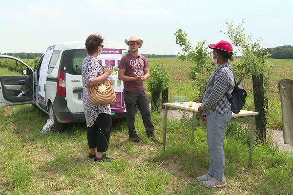 Journées nationales de l'agriculture: à Bretenière, Une visiteuse intéressée par l'agroécologie.
