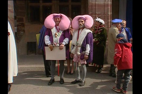 Costume original que cette tenue traditionnelle de la Confrérie des Rognons Blancs de Raon aux Bois dans les Vosges !