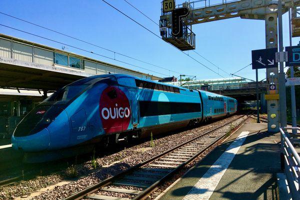 Un TGV Ouigo en gare d'Angers-Saint-Laud, bientôt rejoint par des Corails roses Ouigo Vitesse Classique entre Nantes et Paris-Austerlitz