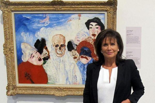 """Anne Sinclair devant """"La mort et le masque"""" de James Ensor, exposition """"21 rue de la Boétie"""" à Liège, Belgique, le 22 septembre 2016"""