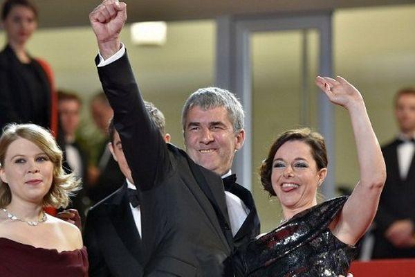Alain Guiraudie, sur les marches du Palais du Festival de Cannes avant le projection de Rester Vertical, entouré des actrices Laure Calamity et India Hair