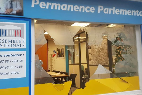 Perpignan - des casseurs attaquent une permanence parlementaire après le rassemblement des gilets jaunes - 27 juillet 2019.