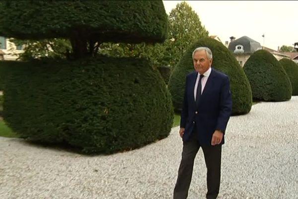 Bernard Magrez, dans les jardins de son Institut, dédié à l'art contemporain, au street-art qu'il affectionne particulièrement.