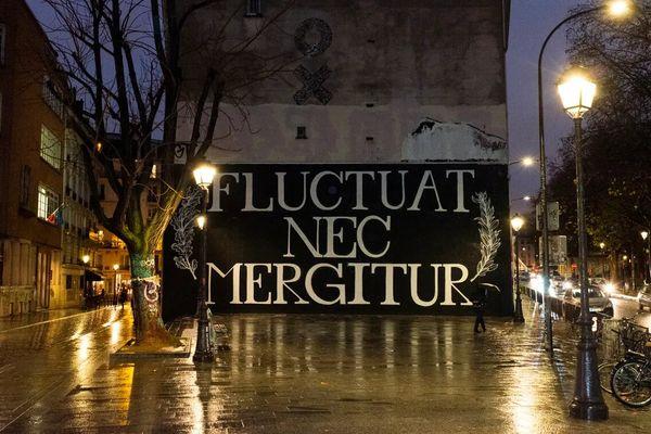 La devise de Paris : Fluctuat Nec Mergitur, inscrite Quai de Valmy.