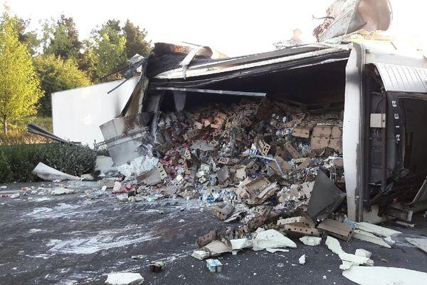 L'accident dans la nuit d'un camion de transport de produits laitiers coupe toujours l'autouroute A11.