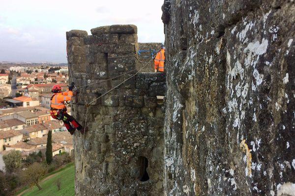 Carcassonne - les cordistes nettoient les remparts de la Cité médiévale - janvier 2018.
