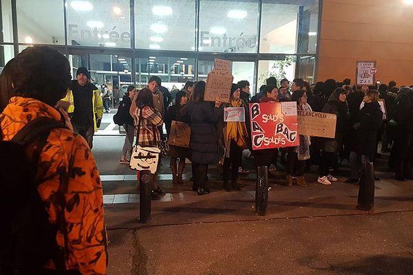 Une petite centaine de manifestants devant le lycée Malherbe ce jeudi matin.