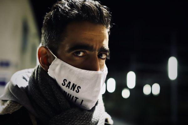 """DJ Faze porte le masque """"Sans la nuit"""" pour la web-série de Nicolas Debru."""