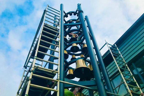 Ce carillon de 10 mètres de haut et composé de 34 cloches a été fabriqué dans les ateliers Voegelé de Koenigshoffen, près de Strasbourg.