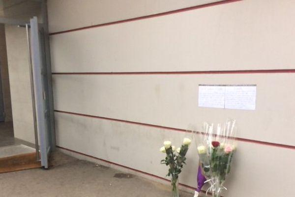 Devant l'immeuble des victimes, des fleurs et des messages ont été déposés en leur mémoire.