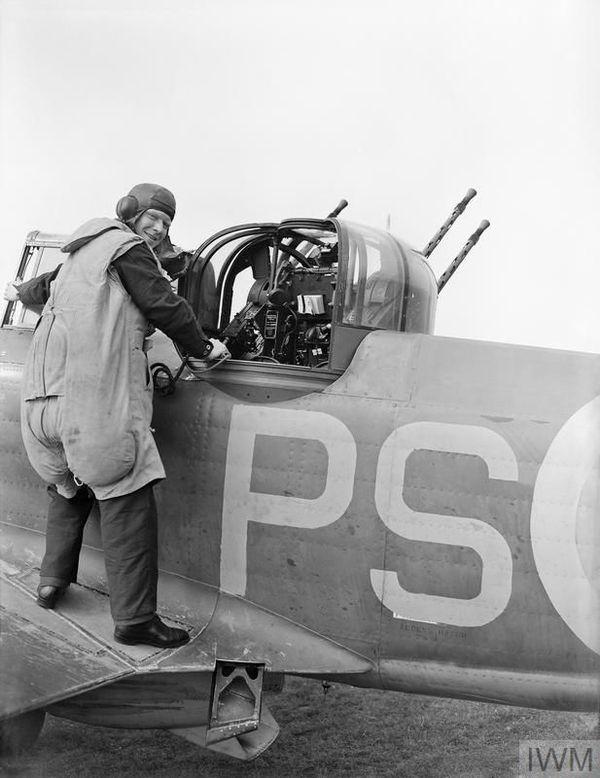 Un mitrailleur du 264 Squadron de la RAF prenant place dans la tourelle d'un Defiant en août 1940.