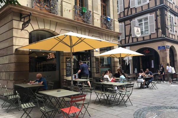 Le bar Jeannette et les Cycleux accueille une trentaines de personnes en terrasse.