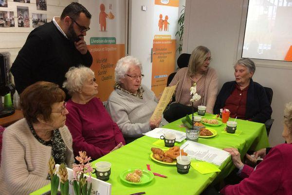 Tout le mois de février, des personnes âgées se retrouvent autour d'un café et quelques viennoiseries à Montluçon. Une façon de lutter contre la solitude.