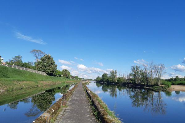 Le canal d'Orléans et sa digue à Saint-Jean-de-Braye.