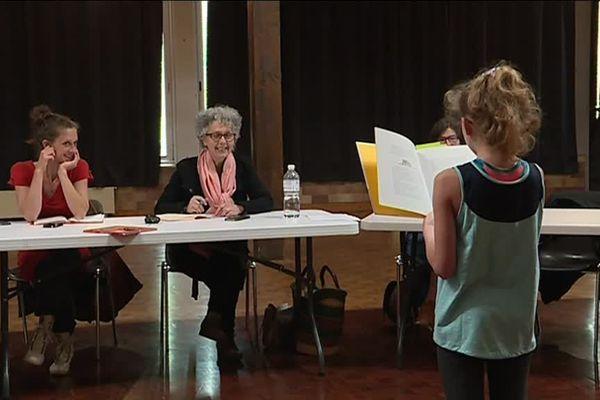 A Pont-Sainte-Marie, dans la salle des fêtes de la commune six personnes composent le jury du casting.