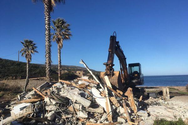 Démolition de la paillote Mara Beach à Calvi sur la presqu'île de la Revellata, lundi 14 janvier 2019.