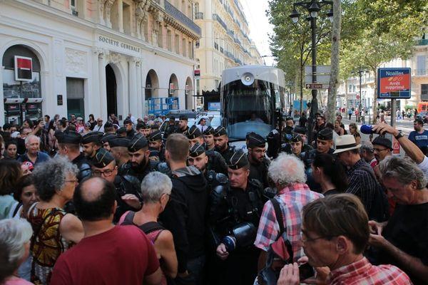 200 personnes se sont rassemblées cet après-midi devant le commissariat de Noailles. Elles réclament la libération d'un membre du collectif du 5 novembre, placé en garde à vue