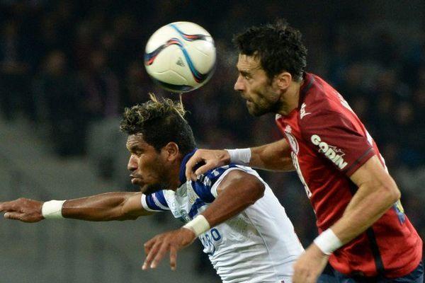 08/11/15 - Le défenseur lillois Marko Basa à la lutte avec le brésilien Brandao, attaquant du SC Bastia (1-1)