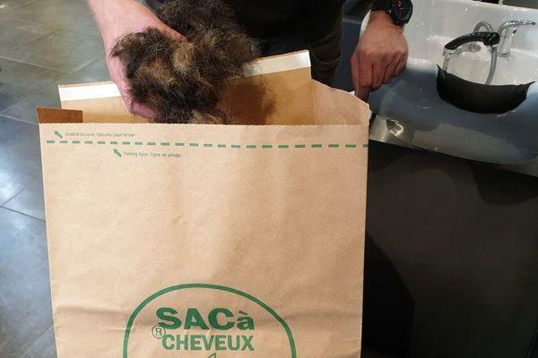 Des cheveux coupés chez un coiffeur de Remiremont (Vosges), prêts à être envoyé pour faire des filtres anti-pollution.
