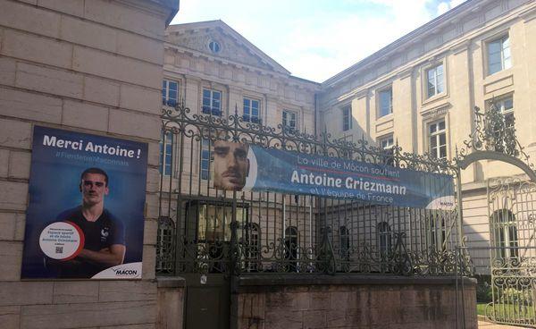 """A Mâcon, des affiches célèbrent le footballeur Antoine Griezmann,  """"l'enfant du pays""""."""