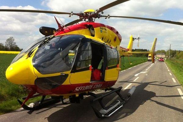 L'hélicoptère Dragon 76 en mission de secours sur une route de Seine-Maritime / Archives